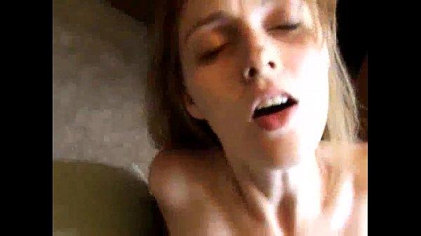 Fudendo a amadora de buceta peluda e molhada Novinha loira gostosa bem safada e muito danada estava no quarto com o companheiro, quando ele ficou fudendo a amadora depois que ela ficou toda pelada e nua na frente dele, até que depois disso a gostosinha estava sendo gravada pelo homem que ia mostrando os peitos dela, que são bem grandes e bem durinhos, o que chamou atenção nele e deixou o safado com a rola bem dura enquanto estava filmando um vídeo de porno com aquela danadinha que não parava de se exibir em momento algum. Depois de um tempo fudendo a amadora metendo o pau dentro dela com força, ele ia fazendo a danadinha gemer muito enquanto estava naquela posição e logo em seguida ele pegou a gostosinha de quatro e atolou a rola bem dentro da perereca dela com força, até que depois de ter gozado nela ele ficou com a rola ainda bem dura.