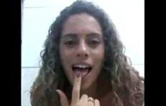 Novinha sapeca socando o dedo todinho na bct