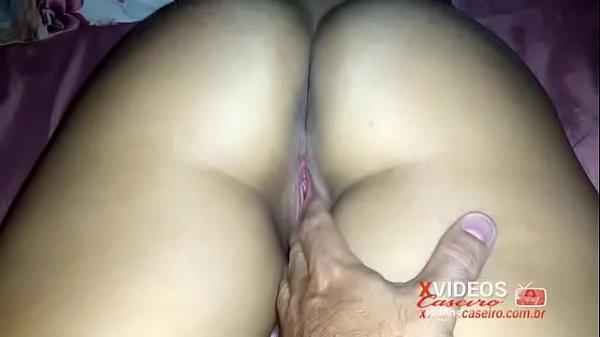 Passando a mão na bunda da esposa pelada